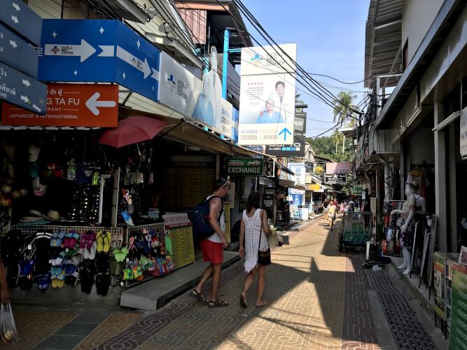 「タイのピピ島ってどんな場所?はじめて行く人に向けたピピ島基本情報」メインストリート